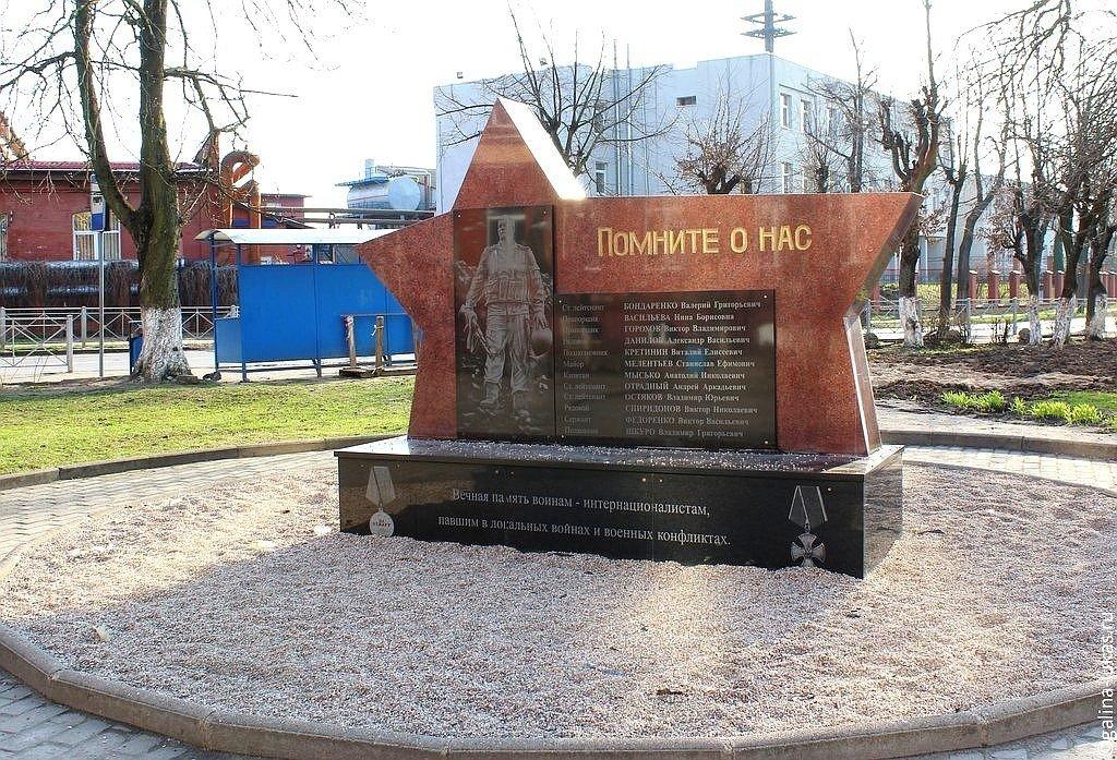 Памятник из цветного гранита Неман Памятник Роза из двух видов гранита Киреевск